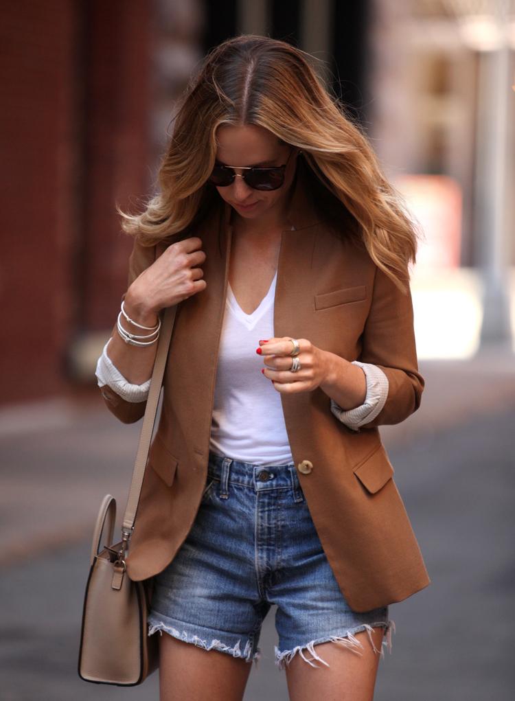 short jeans-blazer feminino-camiseta basica,camiseta branca,regata branca,regata,moda,moda femininas,roupas da moda,roupas femininas,blog de moda,dicas de moda,acessórios femininos,anéis,pu
